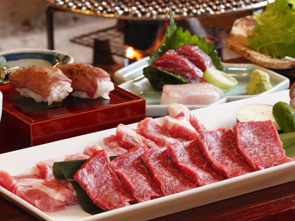 国産牛と豚肉は合計150グラム!炭火で焼いて食べます♪