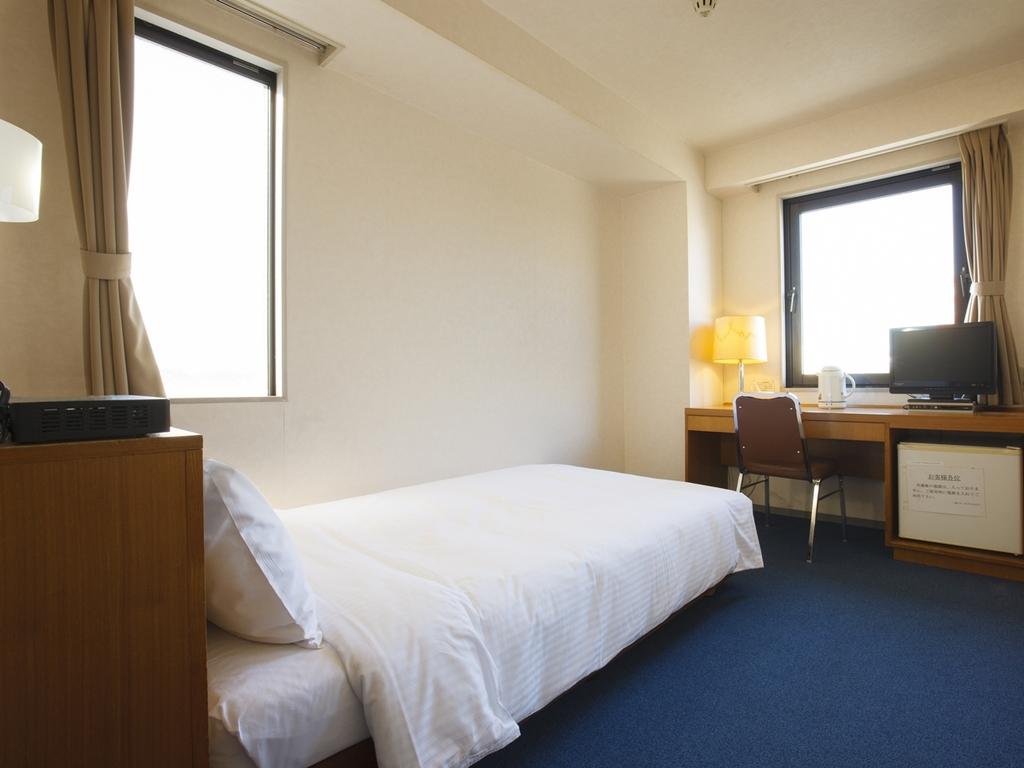 【シングルルーム】全室羽毛布団を使用、ゆったりサイズのセミダブルベッドを採用しております。