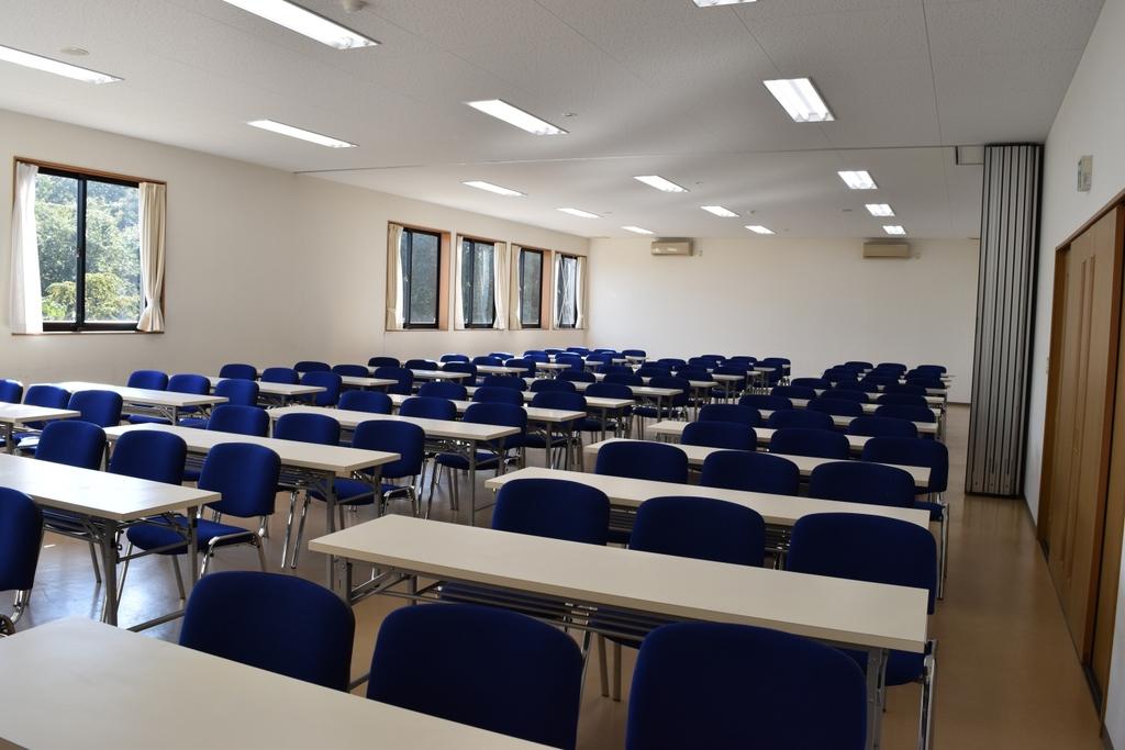 100名収容の大会議室