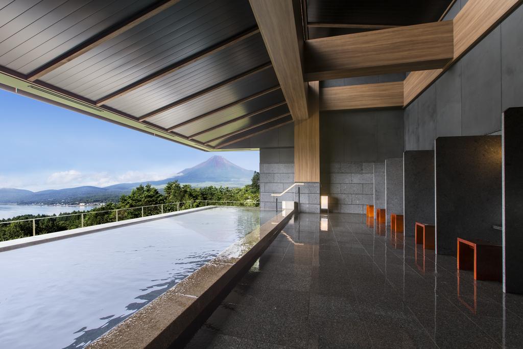富士山と山中湖を眺めながら癒しのひと時を