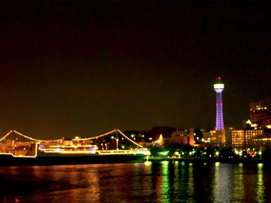 山下公園では停泊している船が一斉に汽笛を鳴らし、新年をお迎えします。