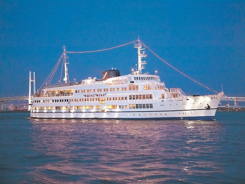 見ごたえも抜群の大型客船!船上からは360度の大パノラマの夜景をご覧いただけます!