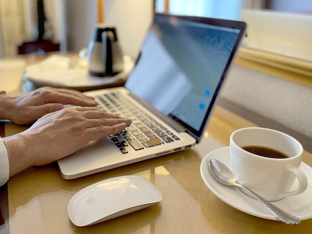 全室インターネット接続無料(LANケーブル全室完備 ※パソコン・コーヒーはイメージ)