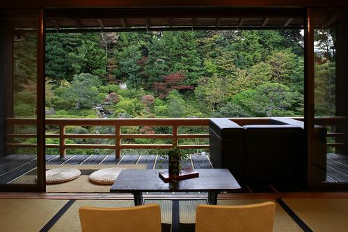 15畳和室客室。広々とした日本庭園が一望できます。