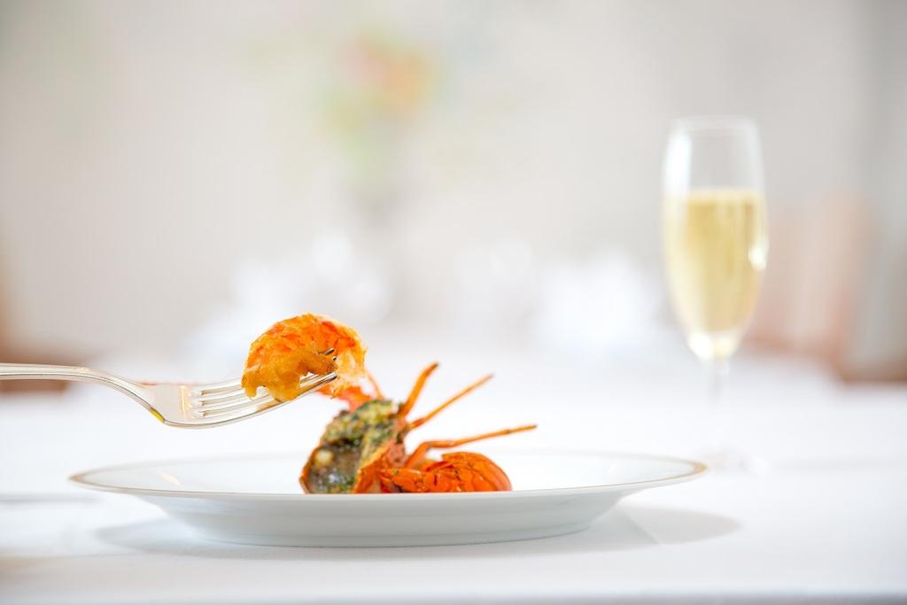 伊勢志摩の高級食材「伊勢海老」を使った華やかなフランス料理