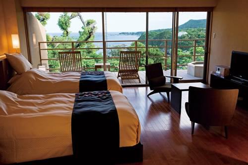 森と海と空を望む客室