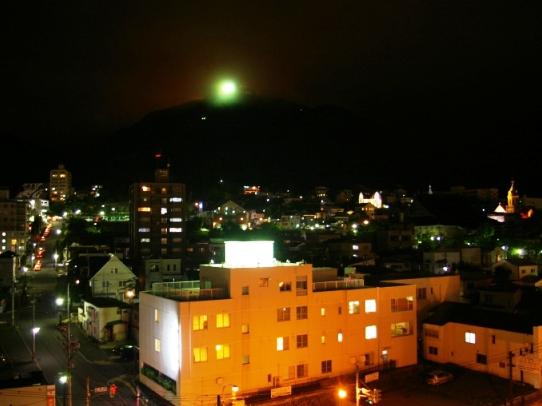 函館山を望む客室。ロープウエイまでは徒歩圏内。