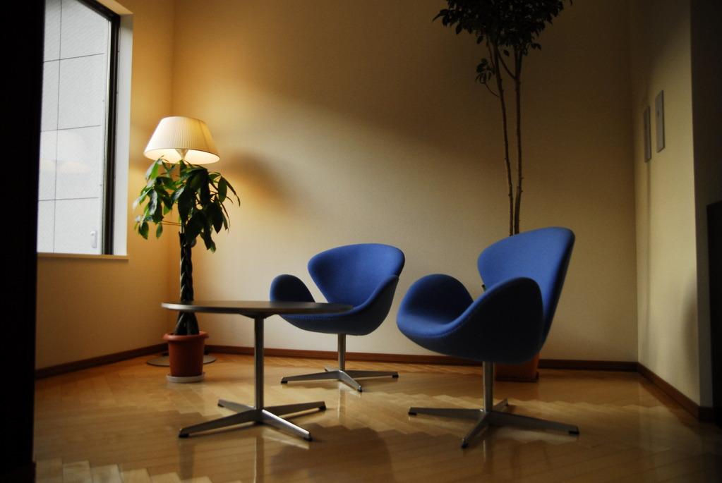 1階ロビーには北欧の家具がございます。
