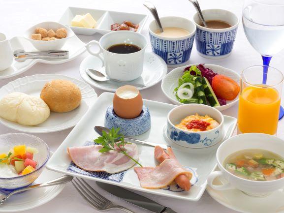 ご朝食はヘルシーな洋食セットをご用意いたします。波佐見焼の器も目を楽しませます。