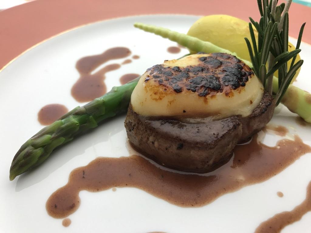 ご夕食は豪華イタリアンディナーをご用意いたします。画像はミルクフェッド仔牛のヒレ肉 マルサラソース