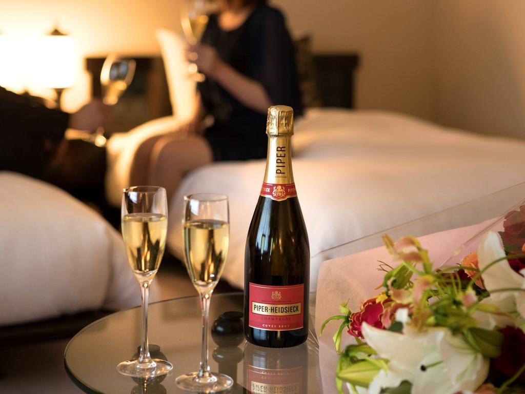 シャンパン&ケーキを客室にてご用意が可能です。画像はイメージです。