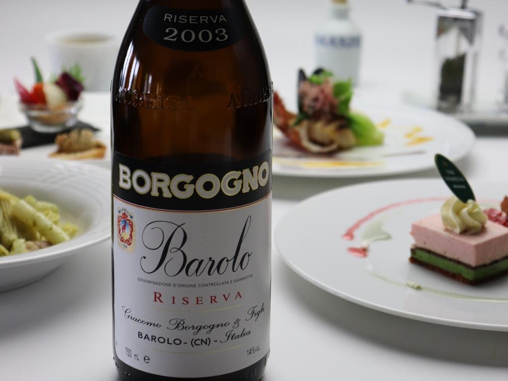 ソムリエが厳選したワインリストからお好みのワインをお一人様4杯ご提供いたします。