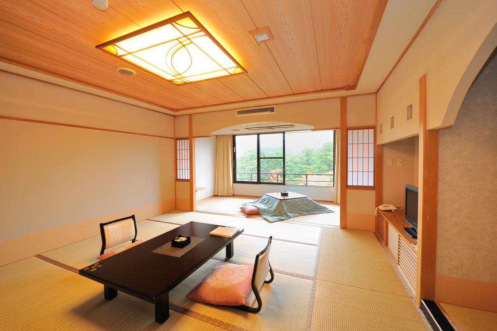 別館「和室12.5畳」窓奥には南房総の自然が広がります。