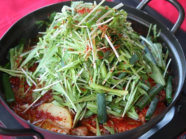 名物うらじゃ鍋たっぷりの野菜をおなかいっぱいお召し上がりください。