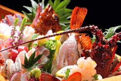 その魚、朝獲れにつき。夕膳を飾る迫力の大漁舟盛り ※その日・その季節により内容は異なります。