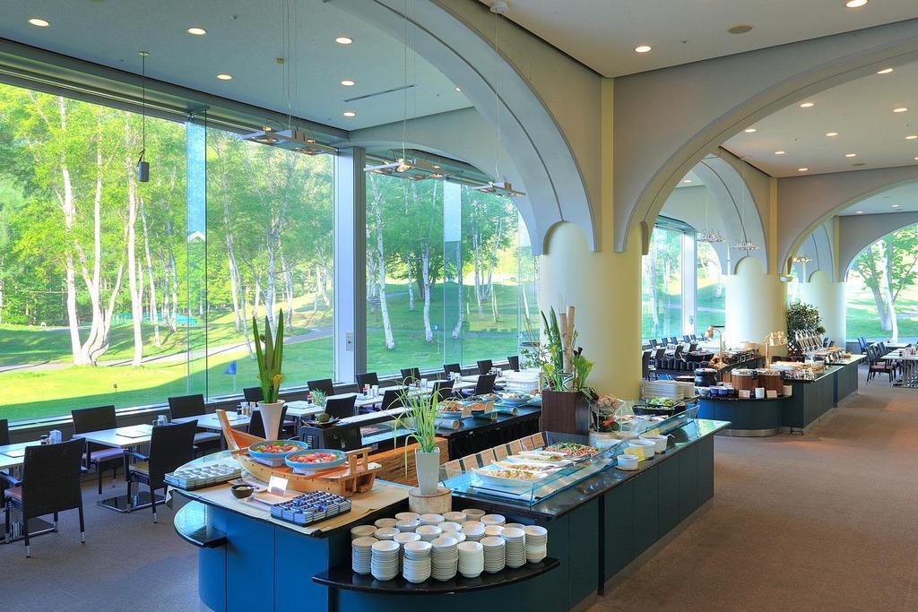 朝食会場「レストラン白樺」で爽やかな朝を・・・!