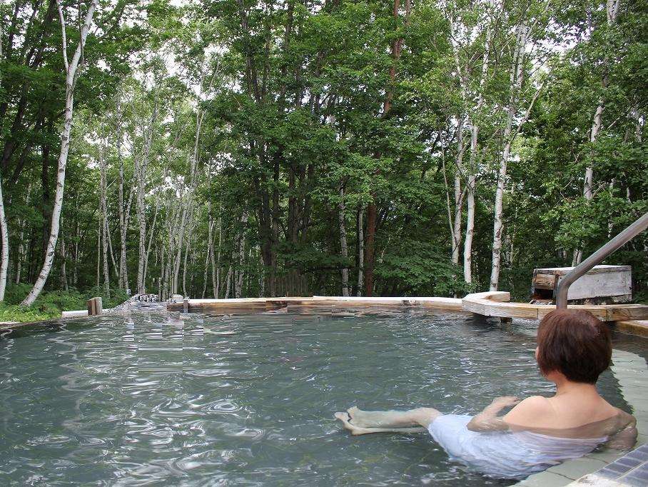 一人旅を満喫しよう♪ 森林浴た〜っぷり!露天風呂「凛楽」白樺の湯