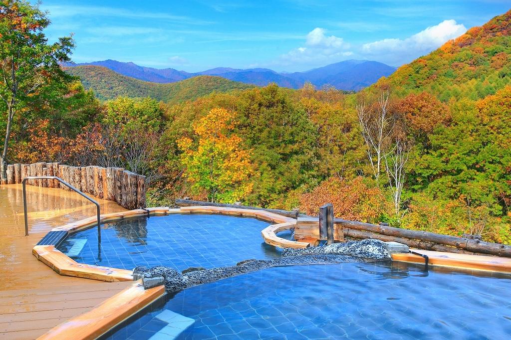 秋色のに染まる露天風呂「白樺の湯」で心を癒して・・・