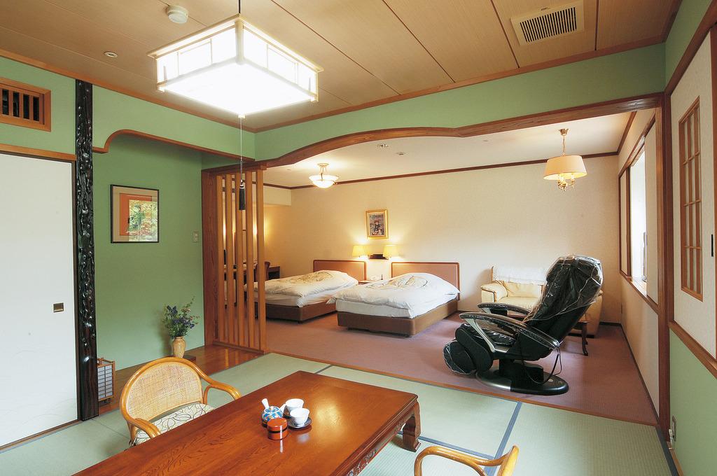 【和洋特別室】洋室25�u+和室8畳のゆったりしたお部屋(マッサージ機完備)