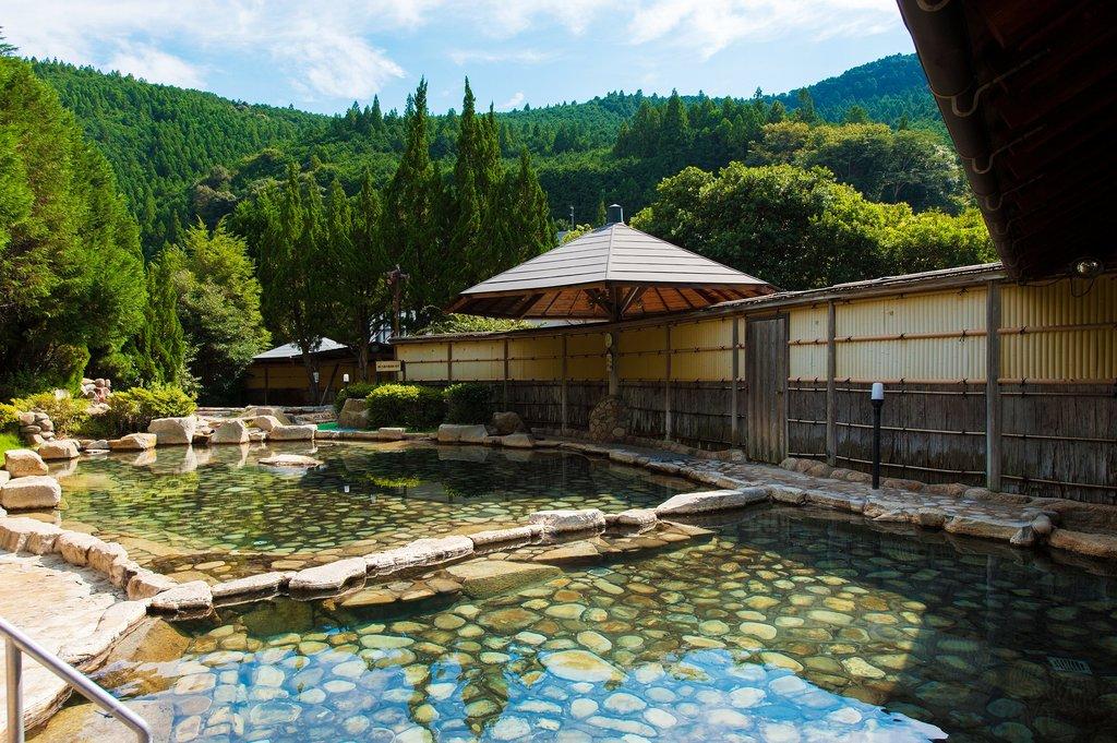 源泉かけ流し大露天風呂。男女合わせて11の浴槽があり一度に500名が入浴可能。利用時間6:00〜22:00