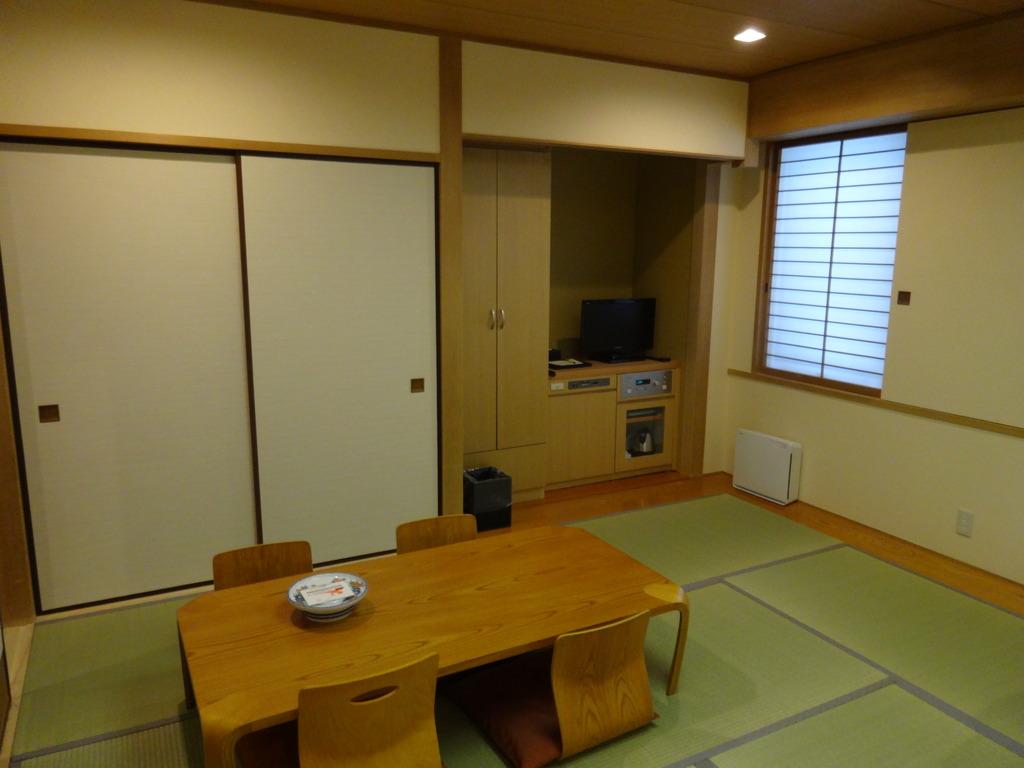 和室 10畳 4名様までご宿泊できます