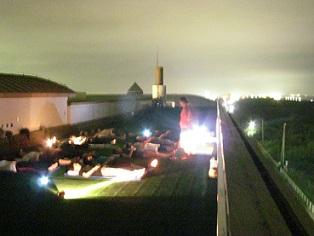 屋上での夜ヨガイメージ