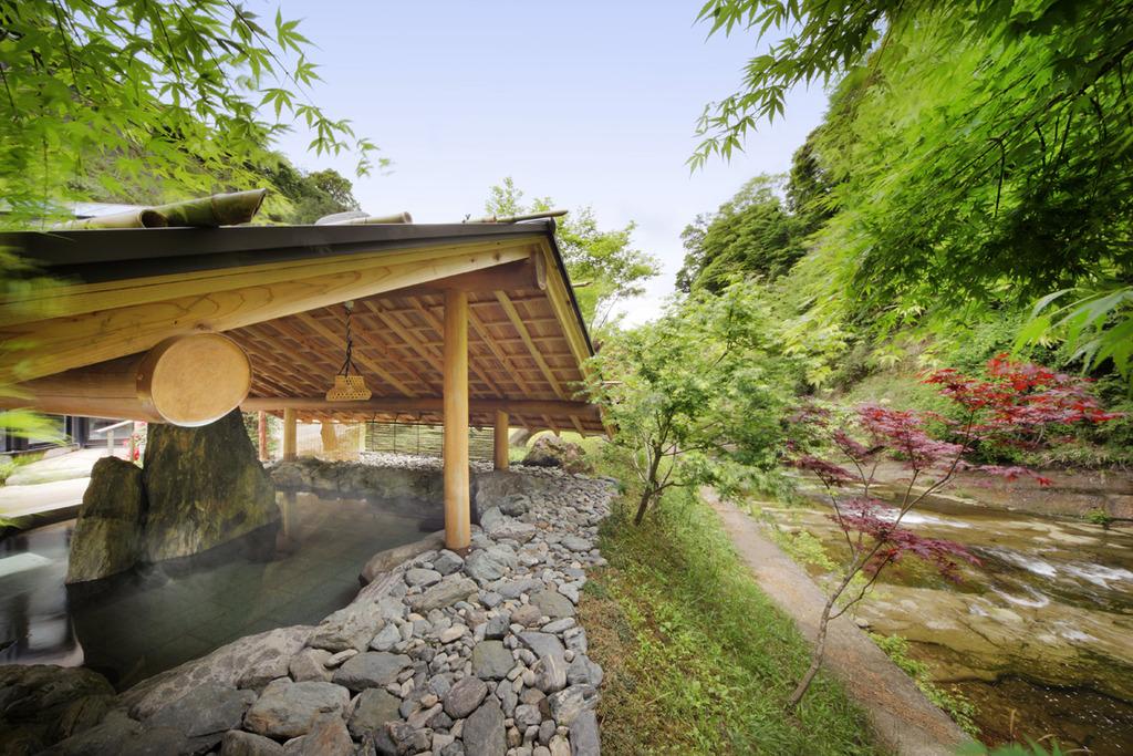 養老川を眺めながら、入浴できる川側の露天風呂