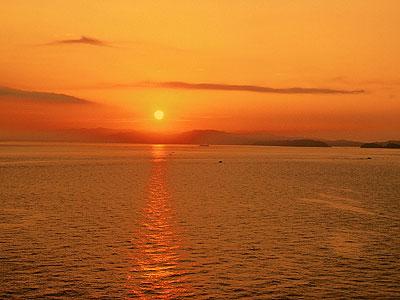 客室からは紀淡海峡に昇る美しい朝陽を臨む