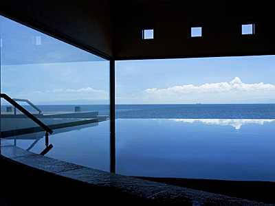 果てしなく広がる海と空に溶け込むように浸かる湯賓閣「天宮の雫」