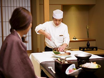 お客様の席前にお邪魔して、ぴちぴちの伊勢海老・鯛を調理いたします。