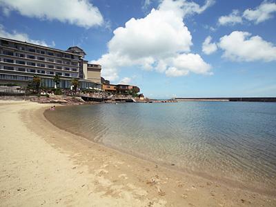 【小浜ビーチ】徒歩1分の距離に隣接。お子様の海水浴デビューにピッタリ。