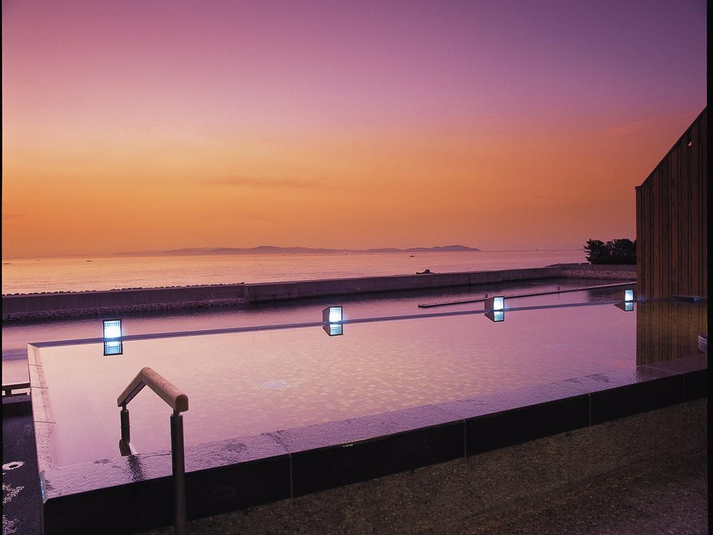 朝陽が湯に溶け込んでくる風景は絶景(湯賓閣 天宮の雫)