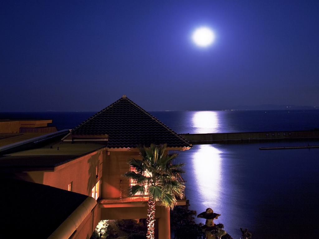 """海面にキラキラ輝く""""月の道"""" 都会では体験できない幻想的な世界を当館で。。"""