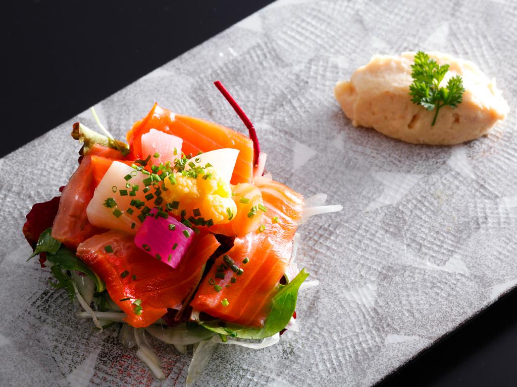 島の新美食「淡路島サクラマス」を使った春を愛でる目にも鮮やかな地野菜とのサラダ仕立て≪料理イメージ≫