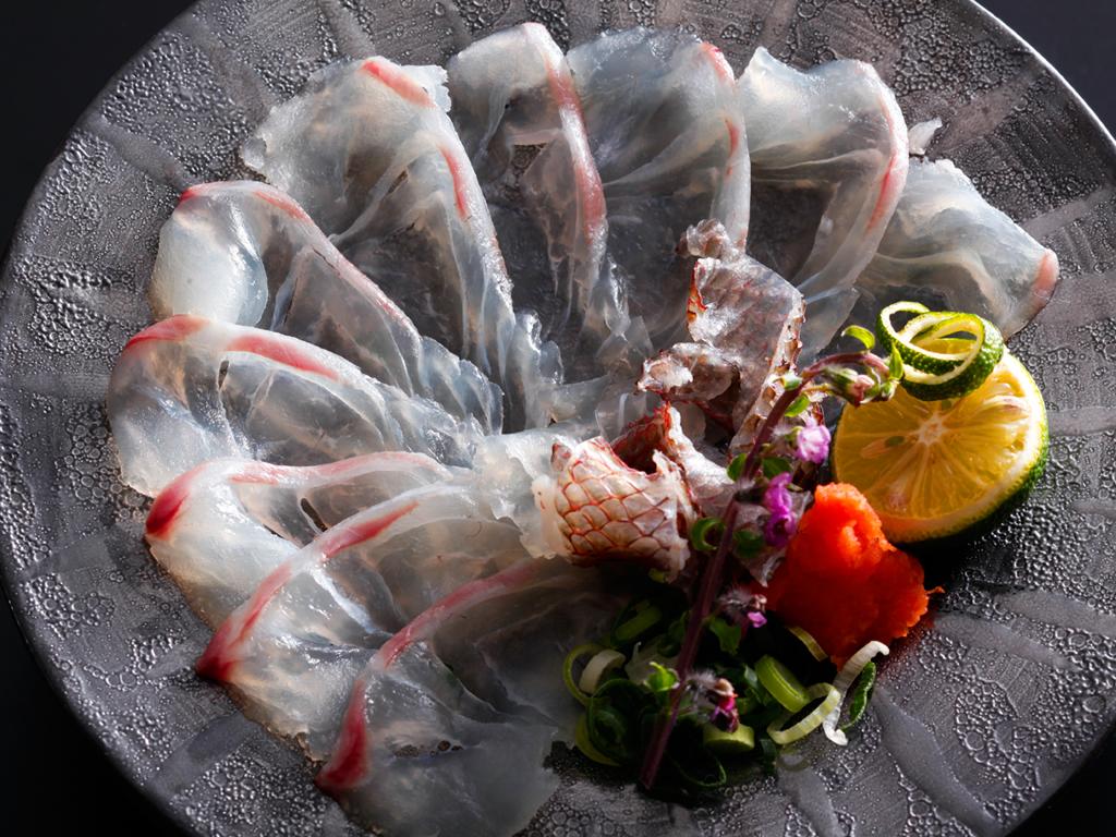 鳴門の潮に揉まれこりこりと身の締まった桜鯛を薄造りでいただく、この季節ならではの贅沢な一品≪料理イメージ≫