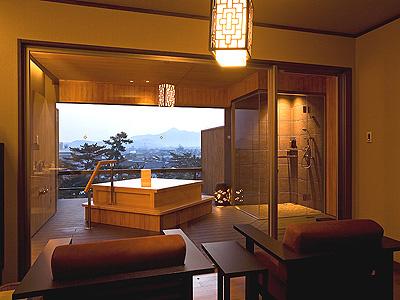 貸切露天風呂から朝陽を眺めながら湯浴みを