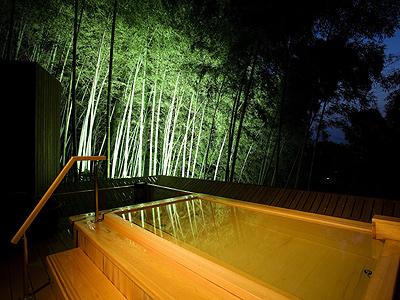 神秘的な夜の露天風呂(吉祥の湯)