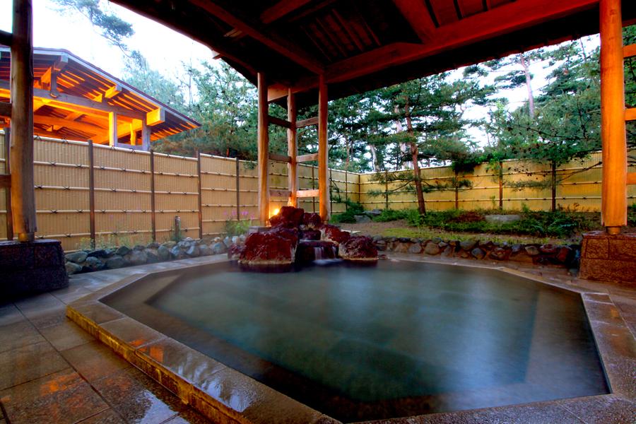 佐渡屈指の名湯と評判の「八幡温泉」。露天風呂のイメージです。