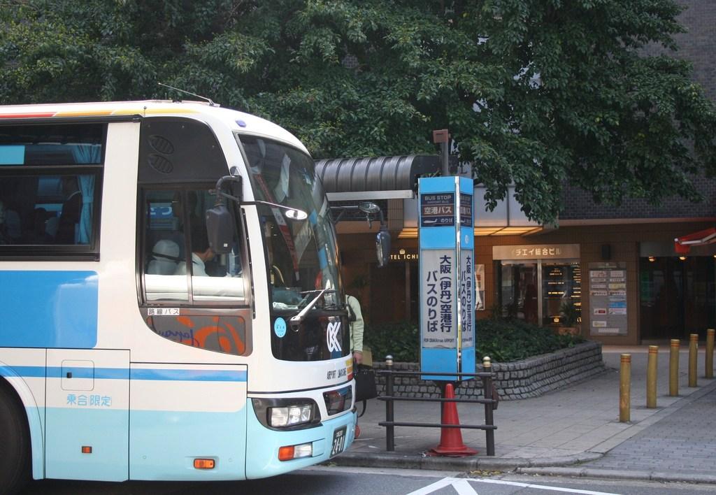 ホテルの目の前にバスが到着致します。