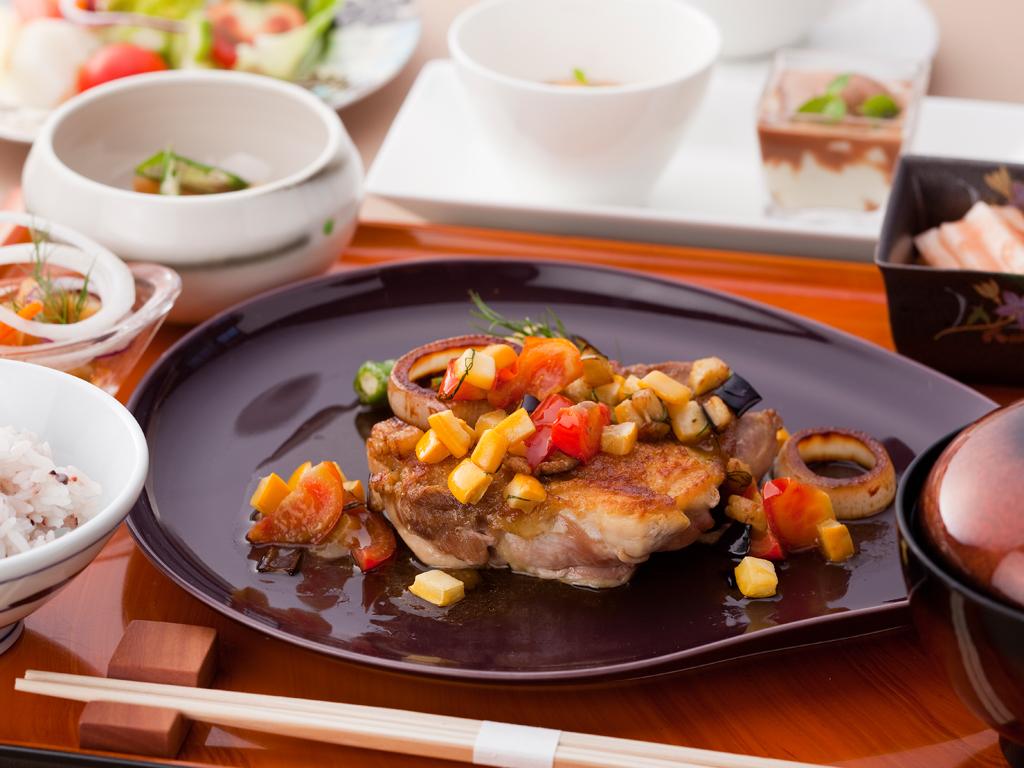 ご夕食は南風花でシェフお任せのカフェ飯をワンプレートに乗せてご用意≪料理イメージ≫