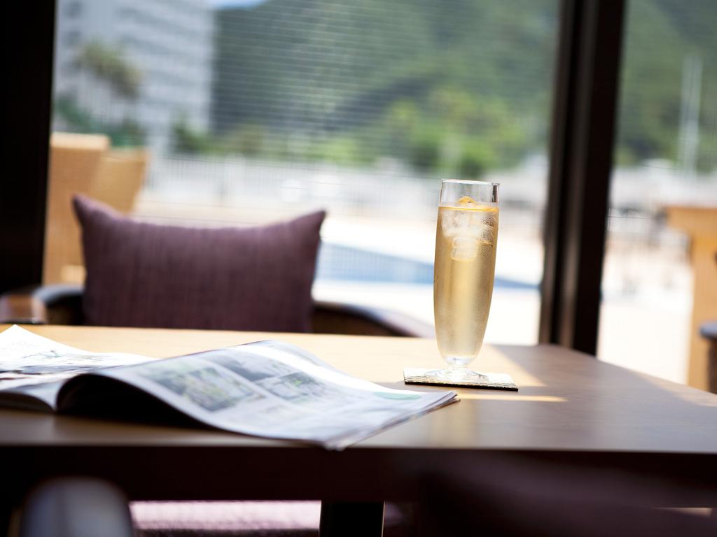 降り注ぐ陽の光を浴びながらオープンカフェで寛ぎのティータイム・・・淡路島でのご滞在をごゆっくりとお楽しみ下さいませ