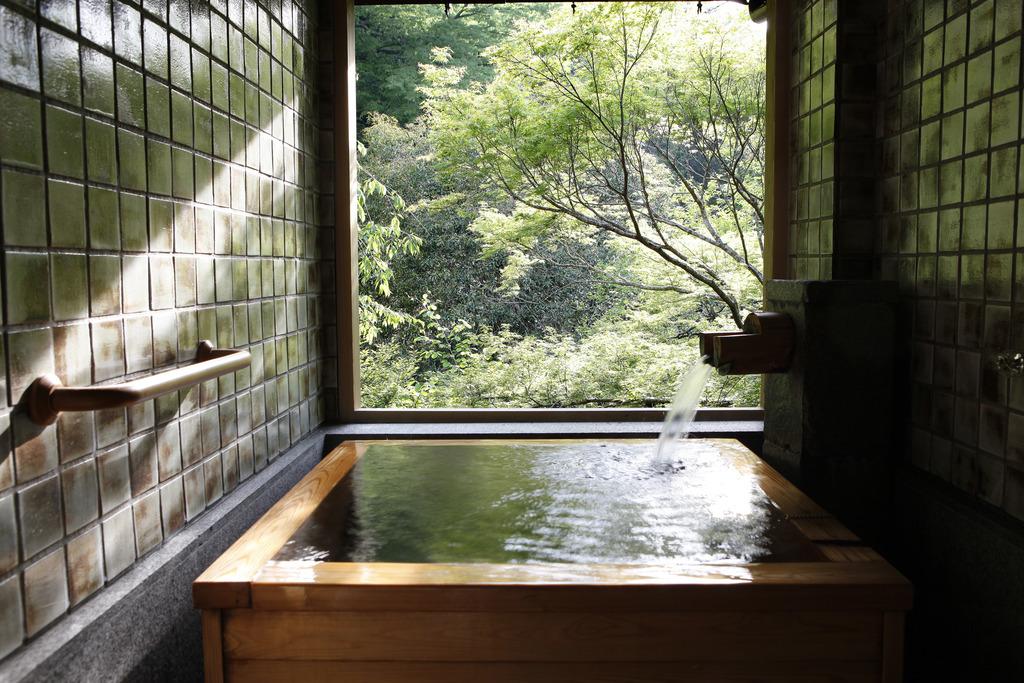 緑が目前に迫る和洋室A 温泉半露天風呂