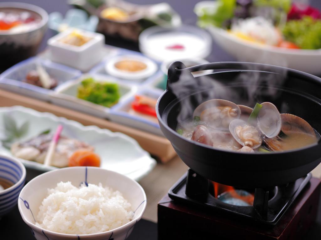 広島県の地産地消の食材を味わう和朝食。広島県竹原の「竹炭米」や県産の有機野菜などヘルシーな内容。