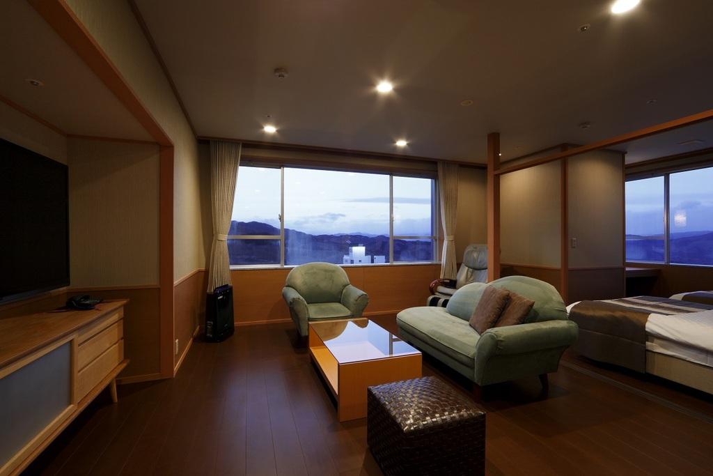 15畳の和室と居間+ツインベットのある角部屋