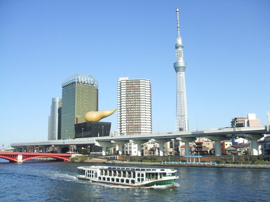 隅田川を走る水上バスと東京スカイツリーイメージ