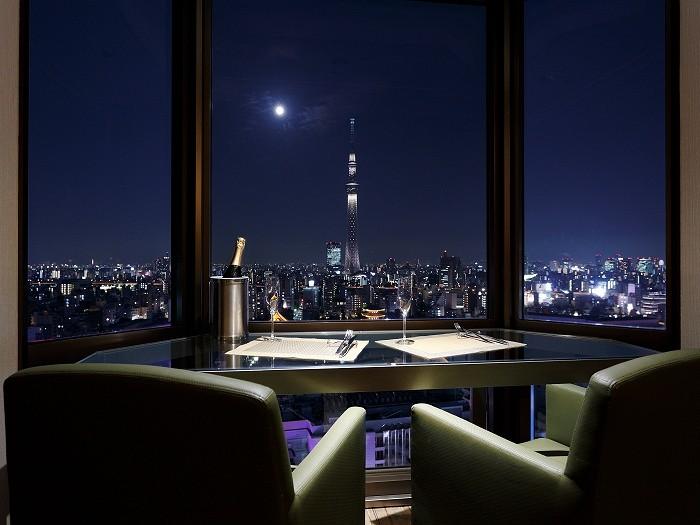 夜景を眺めながらお食事をお楽しみください