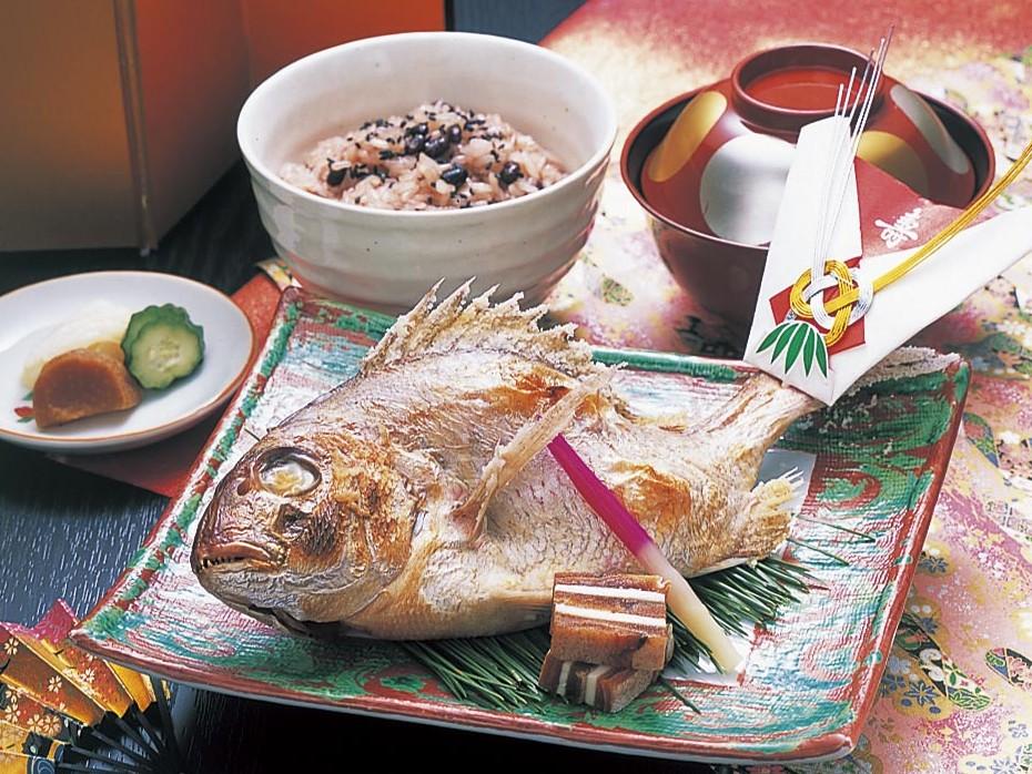 鯛の尾頭付きとお赤飯でお祝いを
