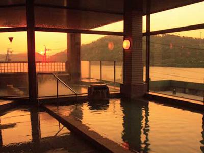 大浴場から望む浜名湖の夕景