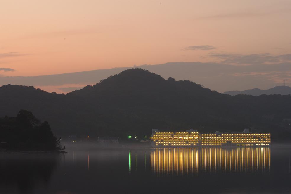 夕暮れ時 湖に浮かぶ豪華客船のよう