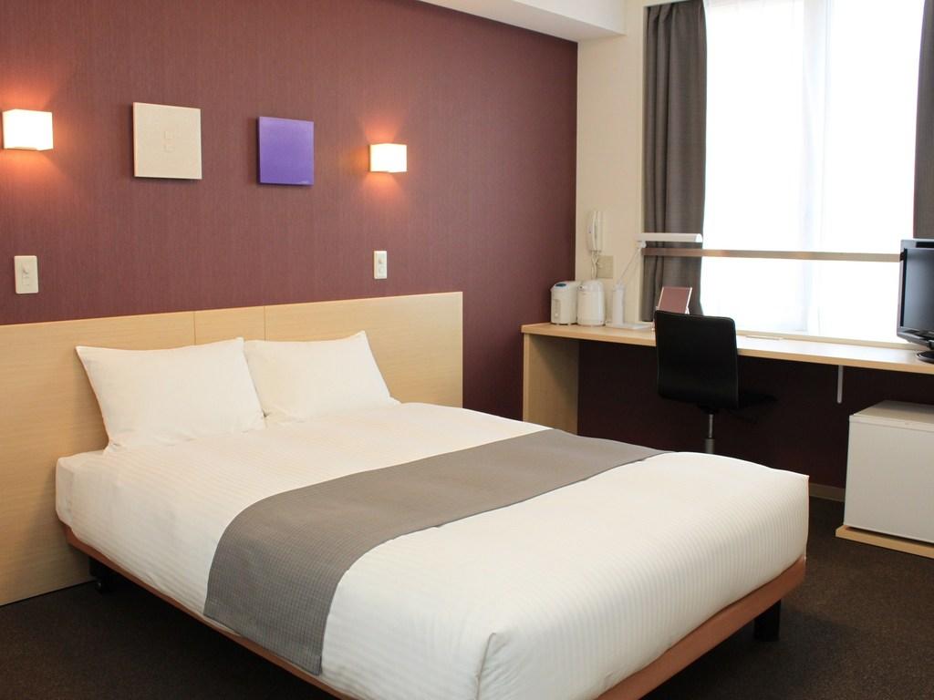 幅1400cmのダブルベッドは、全米ホテルベッドシェアNo.1のサータ社製、ポケットコイルマットレス使用です。